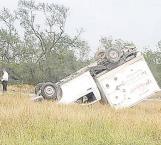 Sufre volcadura tras perder el control del volante y resulta herido por imprudente