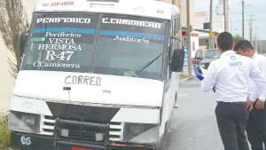 Sufre falla microbús y se estrella