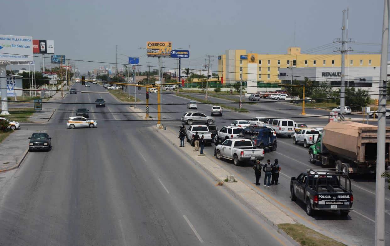 AUTOMOVILISTAS buscaron rutas alternas durante la emergencia policiaca.