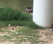Usan migrantes el río para ducharse; corren niños riesgo de ahogarse