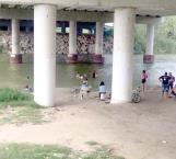 Se bañan migrantes en el río Bravo
