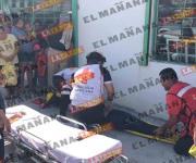 Se impacta taxi contra microbús; dos lesionados