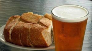 Pan y cerveza, un duelo de calorías