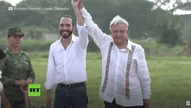 López Obrador le pega accidentalmente en la cara al presidente salvadoreño Nayib Bukele