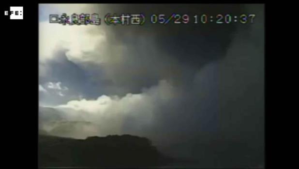 La fuerte erupción de un volcán obliga a evacuar una isla al sur de Japón