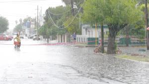 Deja aguacero inundaciones