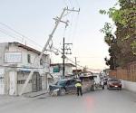 Tumban postes de la CFE en choques