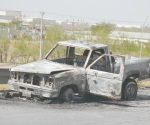Abandonan camioneta incendiada en marcha
