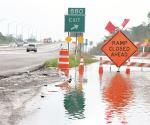 Cierran autopista por desbordamiento de río