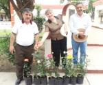 Reparten plantas para festejar Día de la Tierra