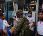 Impacta camión urbano contra autobús y deja 40 heridos