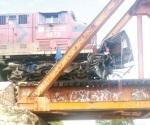 Impactan tren y autobús; un muerto y un lesionado