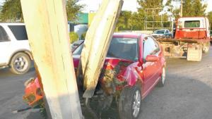 Estrella su auto con muro