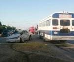 Chocan autobús de obreros y auto; 11 heridos