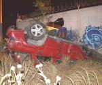 Abandonan muy destrozada camioneta que se volcó en acceso a Balcones de Alcalá