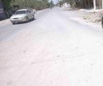 Socavón causa daños a autos y lo reparan