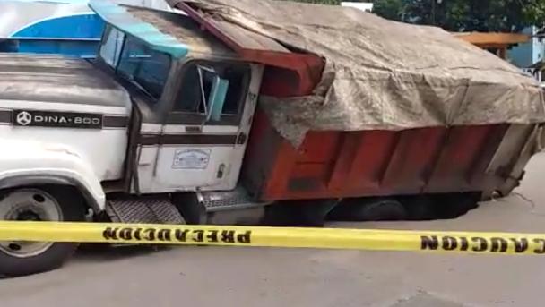 Cae otro camión en un socavón de un pavimento