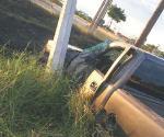 Se estrella camioneta contra poste de la CFE