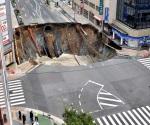 Cátedra de eficiencia en Japón: reparan socavón en horas