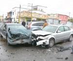 Choca de frente evitando impacto de taxi invasor
