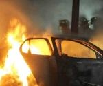 Buscan a homicidas; queman auto con 3 cuerpos