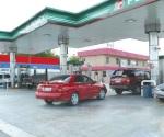 Acuden automovilistas a rellenar combustible