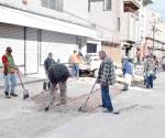 Cierran la calle Juárez por bacheo