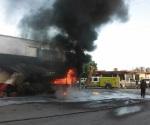Estalla camioneta cargada de combustible en Prados de Alcalá