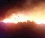 Incendio de zacatal arrasa 25 vehículos