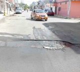 Se hunde asfalto en una calle del centro