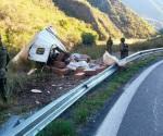 Abandonan cargamento de mariguana tras volcar camión