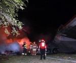 Cae tráiler de puente y se incendia en NL