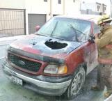 Fuego destruye camioneta