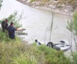Hallan auto con dos personas ahogadas