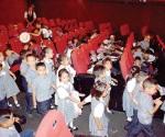 Anticipan festejo y los llevan al cine