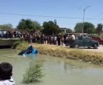 Turistean en accidentes; caen 2 vehículos a canal