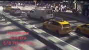 Imágenes del momento en que automovilista arrolla transeúntes en NY