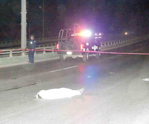 Muere arrollado en puente