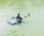 Se proyecta auto a canal Anzaldúas