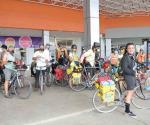 Viajan en su bici unas ocho horar para regalarlas