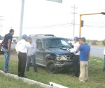 Invade carril y provoca percance vial