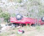 Muere conductor de  camioneta al volcar