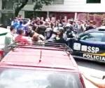 Riñen policías y estudiantes