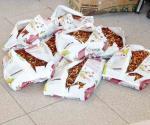 Donan sacos de alimento para los animales