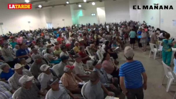 Dan apoyos electrónicos a abuelitos de 65 y más