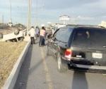 Abandonan camioneta tras chocar y volcarse