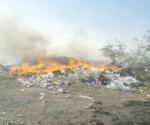 Bomberos extiguen fuego en basurero