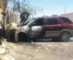 Consume fuego camioneta en Los Almendros