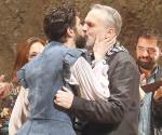 Bosé y Benny se besan en el teatro