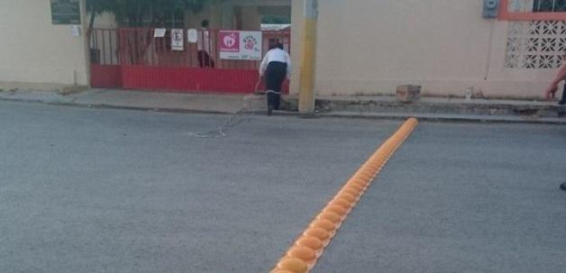 """FRENTE A PRIMARIA. Justo frente a la escuela primaria """"Mártires de la Revolución"""" del poblado Los Ángeles, se instalaron boyas amarillas hace poco más de una semana.(foto: Heriberto Rodríguez)"""